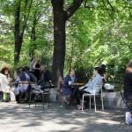 Brunch-Besucher sitzen an Tischen in der Sonne