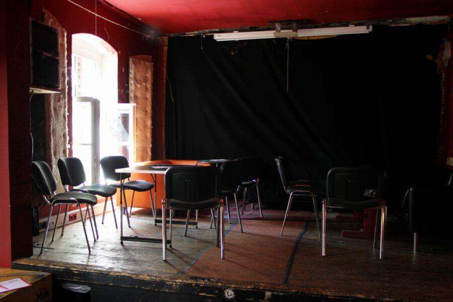 leere Stühle im Innenraum des AZ Conni