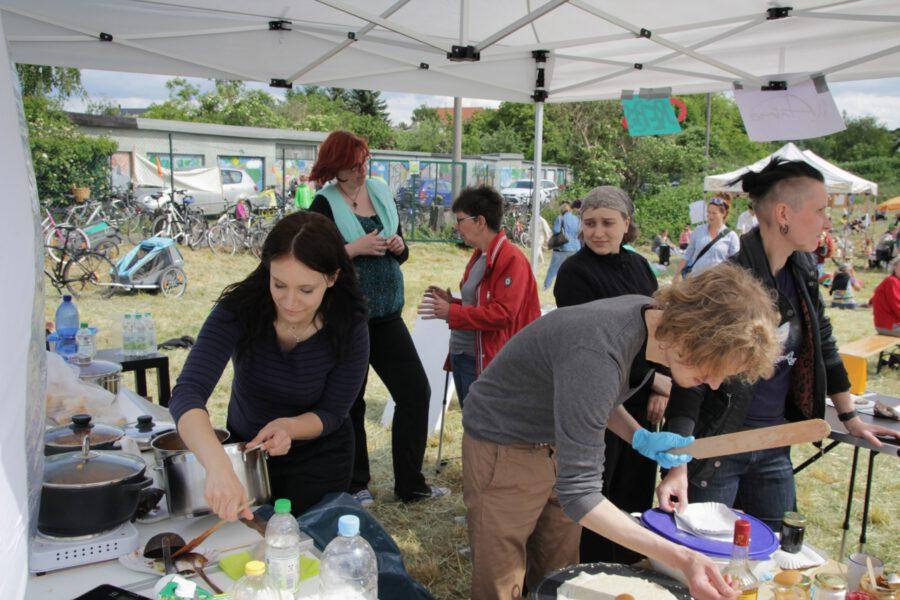 Mitglieder des Anima e.V. bereiten am Stand Crêpes und Chili zu