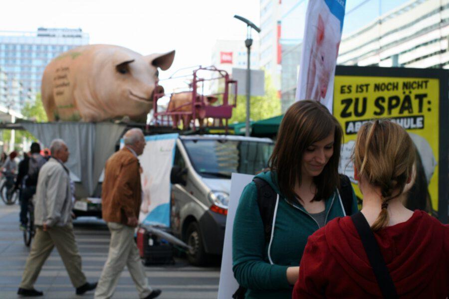 Gespräch von Mitglied der Aktionsgruppe Dresden mit Passantin vor dem Grunzmobil