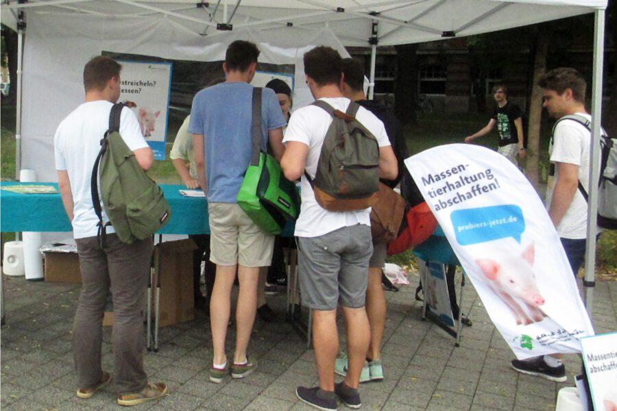 viele Studenten am Info-Stand auf dem Campus der TU Dresden