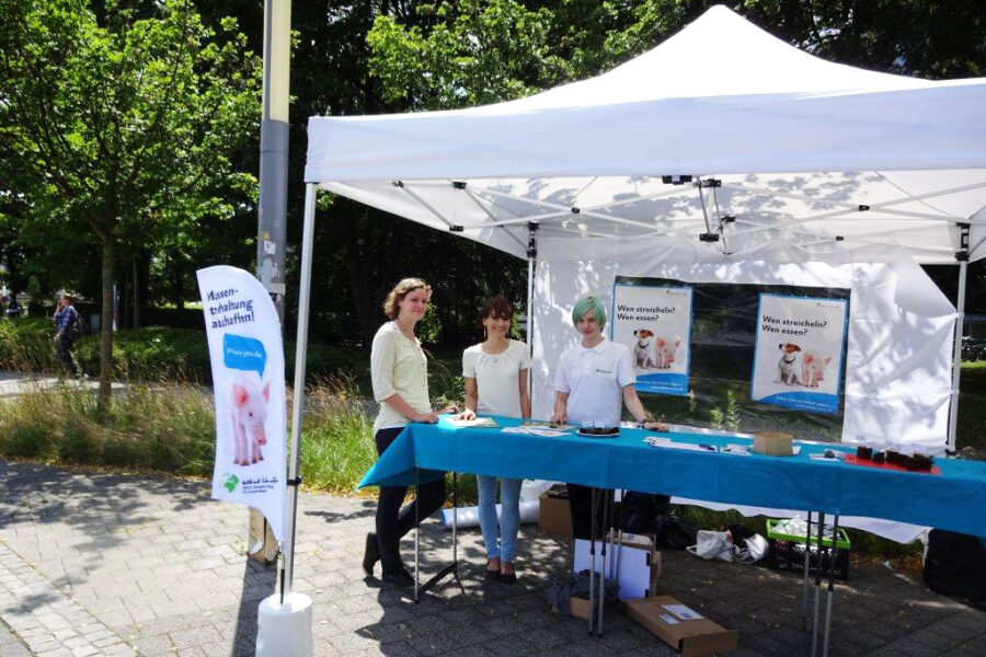 Mitglieder der Aktionsgruppe Dresden am Info-Stand