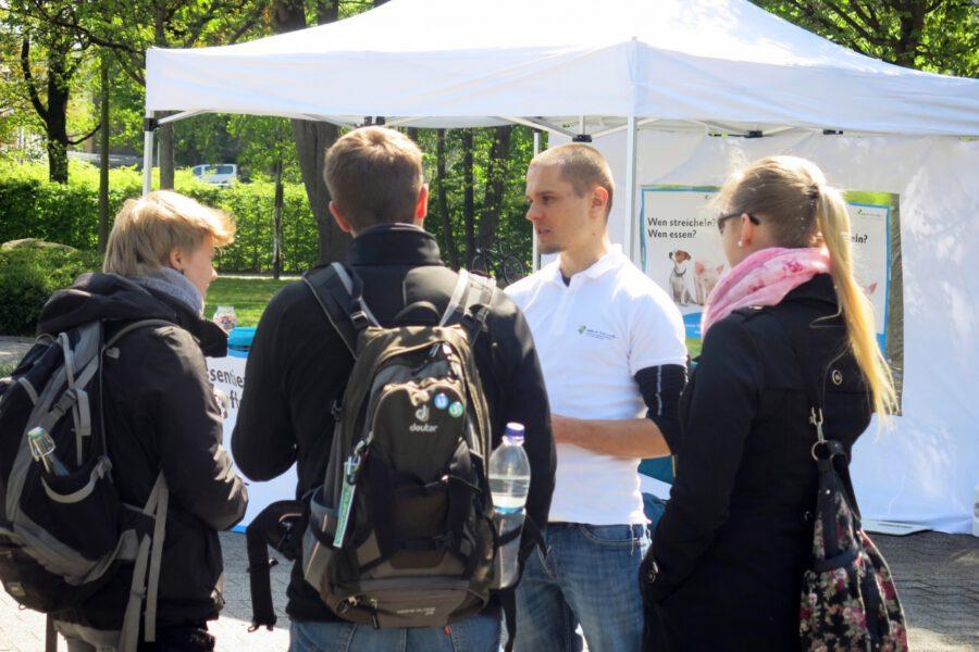 Studierende im Gespräch mit einem Mitglied der Aktionsgruppe Dresden