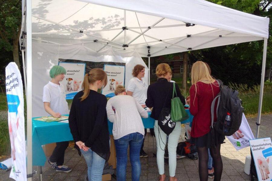 Studierende im Gespräch mit Mitgliedern der Aktionsgruppe Dresden