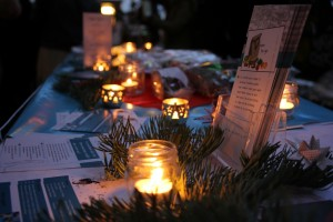 Stand mit veganem Stollen und Kerzen
