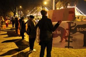 Demonstrierende auf der Kundgebung zum Dresdner Weihnachtszirkus
