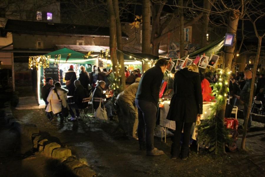 Wintermarkt in Abendstimmung mit vielen Menschen