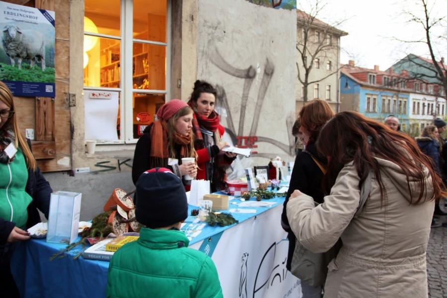 Anima-Mitglieder und Besucher am Info-Stand