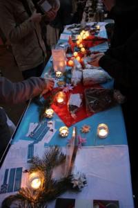 Infostand mit veganem Stollen und Kerzen auf dem Weihnachtsmarkt in Leipzig