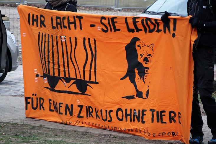 Kundgebung vor dem Dresdner Weihnachtszirkus am 03.01.2016