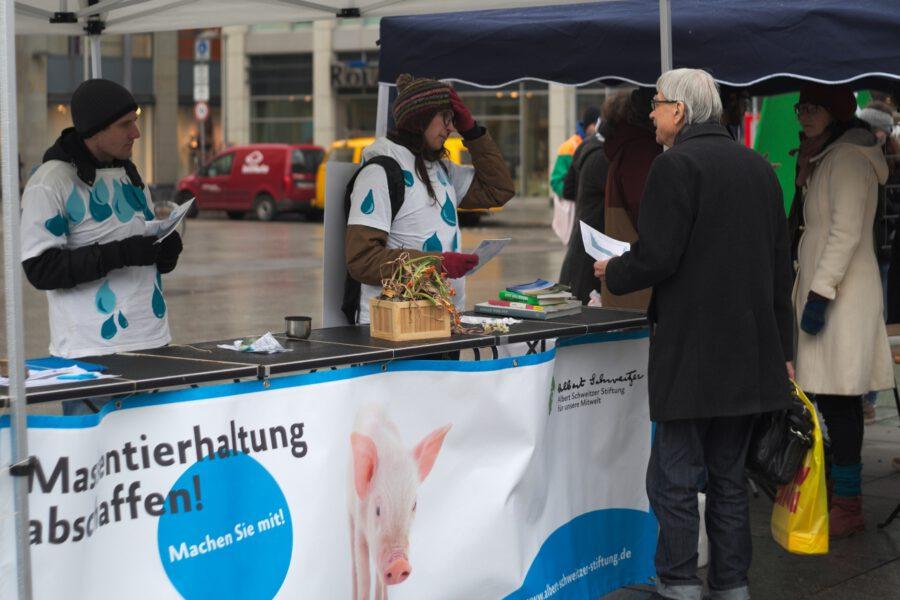 Infostand der AG Dresden der Albert Schweitzer Stiftung für unsere Mitwelt