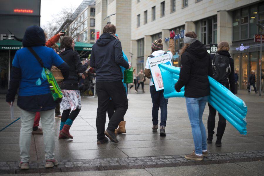Flashmo-Zug auf der Prager Straße mit Luftmatratzen und Schildern