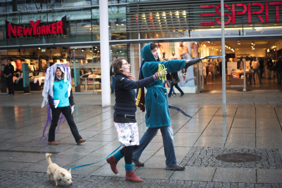 Teilnehmer des Flashmobs mit toter Pflanze und Kostümen