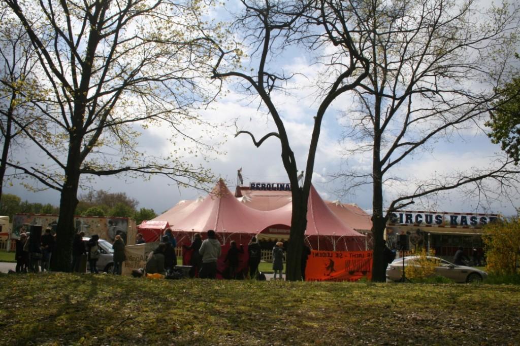 Demonstration vor dem Zirkus Berolina
