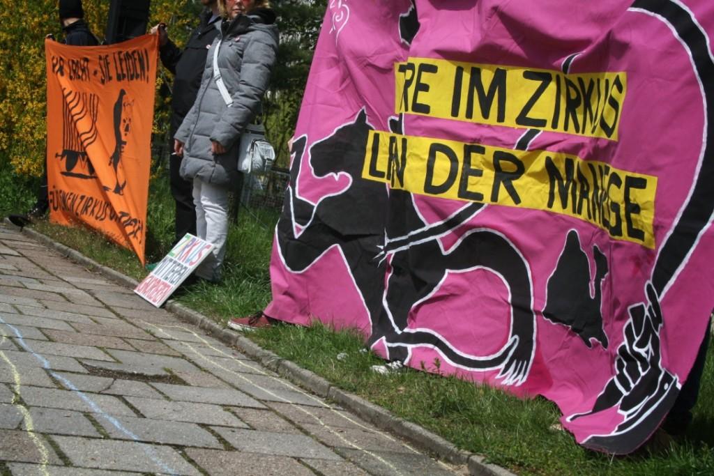 Banner der Demonstration vor dem Zirkus Berolina