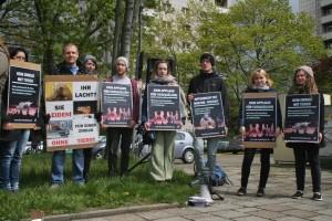 Aktive bei der Demonstration vor dem Zirkus Berolina