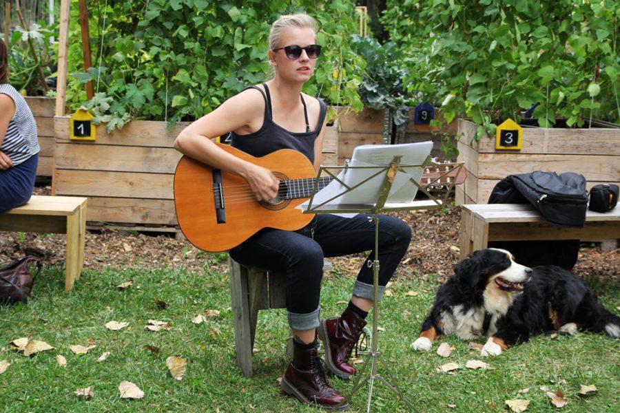 Tini Bot singt und spielt Gitarre beim veganen Brunch im Golgi Park 2016