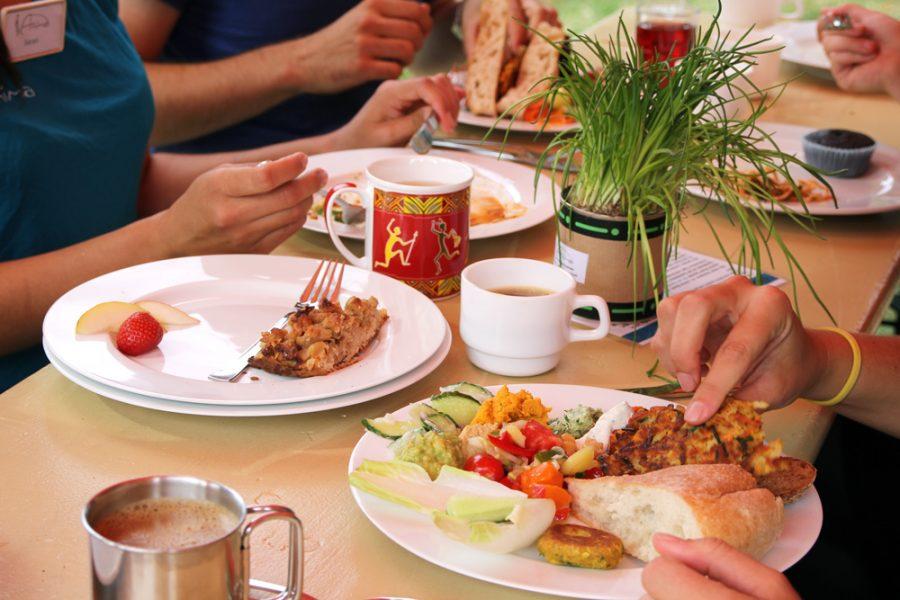 Tisch mit vollen Tellern beim veganen Brunch im Golgi Park 2016