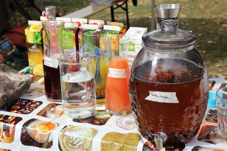 bunter Getränketisch beim veganen Brunch im Golgi Park 2016