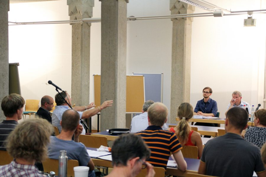 Herr Müller-Milano redet bei der Podiumsdiskussion zum kommunalen Verbot für Zirkusse mit Wildtieren in Dresden