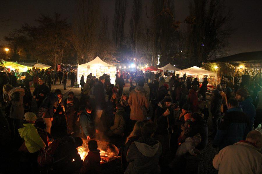 viele Menschen stehen abends am Lagerfeuer auf dem 2. veganen Wintermarkt Dresden