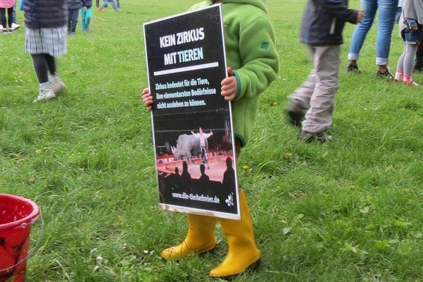 Einsatz gegen Tiershow beim Circus Voyage - Kind mit Plakat