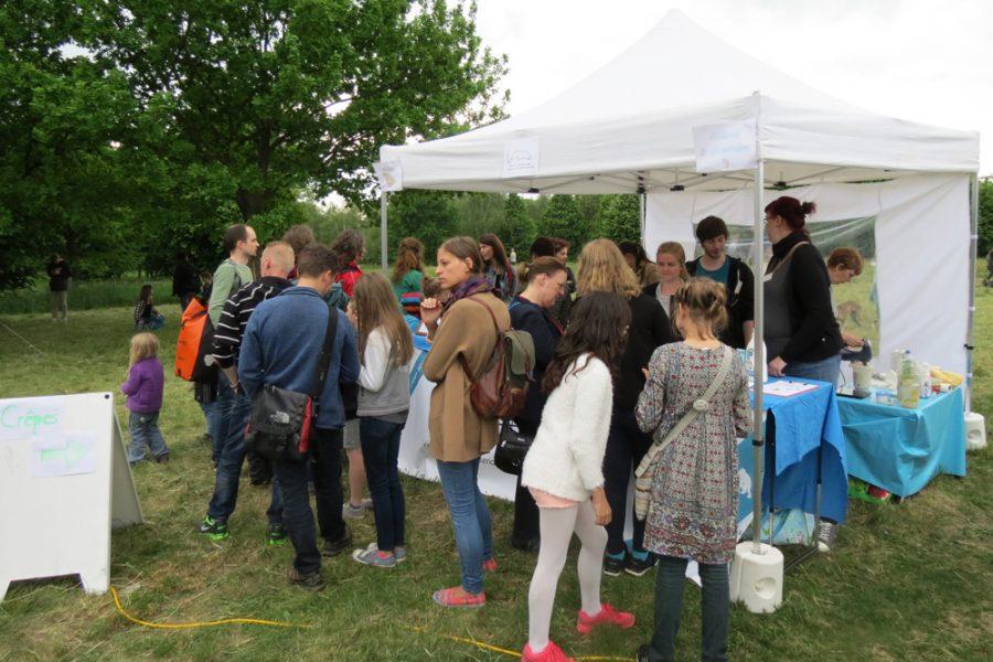 Tierschutz und vegane Crêpes auf dem 6. Trachenfest - lange Warteschlange vor dem Crêpestand