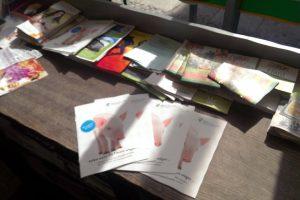 Selbst-Wenn-Broschüren der Albert Schweitzer Stiftung ausgelegt neben anderen Bröschüren.
