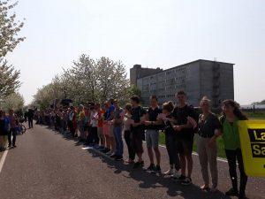 Menschenkette bei der Demo vor dem Schweinehochhaus