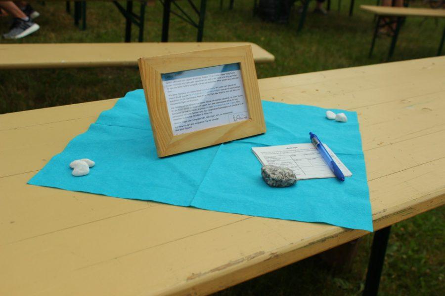 Evaluationsbögen und ein Stift auf einem Tisch.