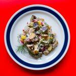 Veganer Heringssalat auf einem Teller.