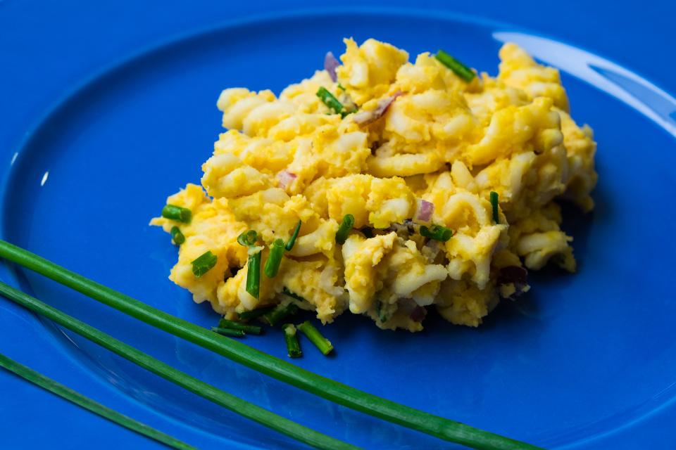Veganer Eiersalat auf einem Teller.