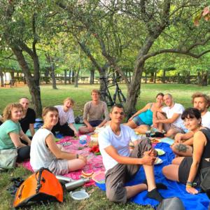 Menschen auf Decken beim Picknick