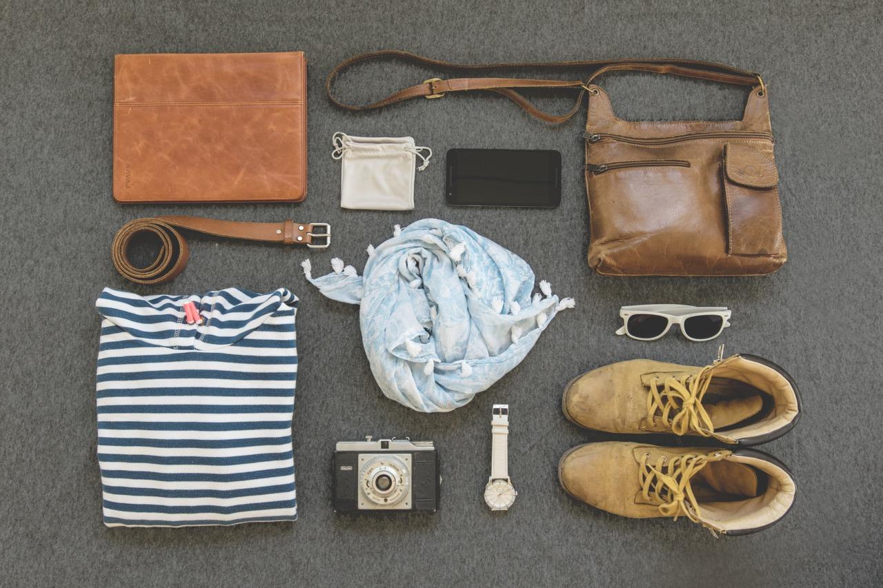 Ledertasche, Gürtel, Schuhe und andere Kleidungsstücke